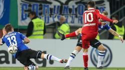 Duisburgs Fabian Schnellhardt (r) zieht zum 2:0 in Bielefeld ab