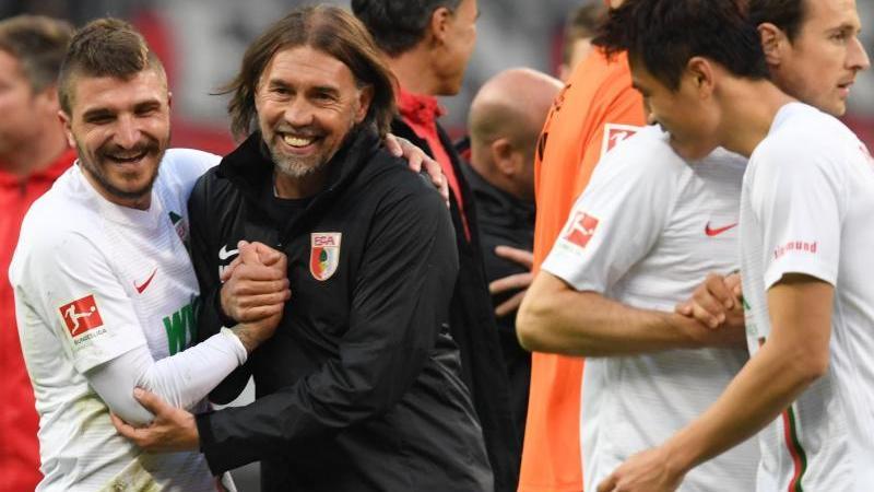Martin Schmidt (m.) feierte mit dem FC Augsburg einen Einstand nach Maß