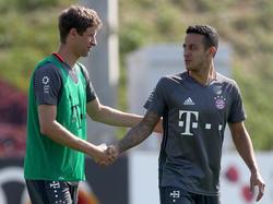 Thomas Müller und Thiago (r.) gehören zu den Leistungsträgern beim FC Bayern