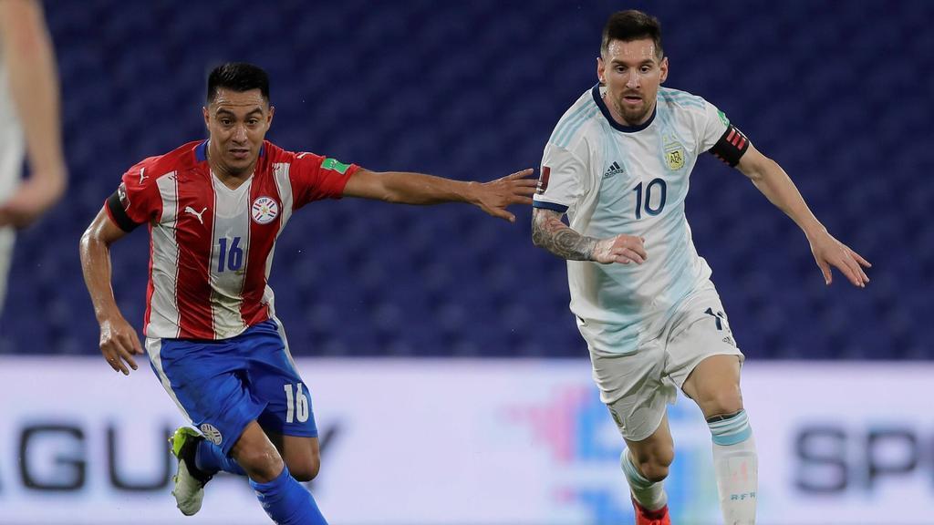 Argentiniens Lionel Messi (r.) kämpft um den Ball