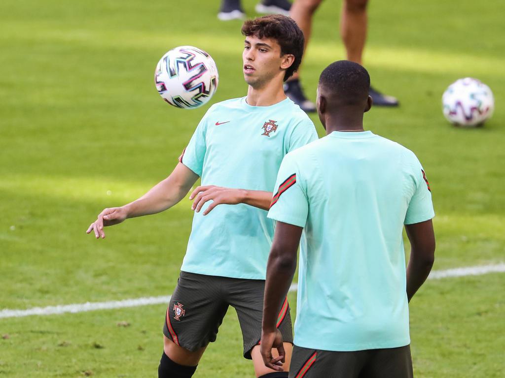 Joao Félix controla el cuero en un entrenamiento con Portugal.