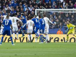 Ulloa marcando su segundo tanto ante el Swansea. (Foto: Getty)