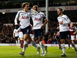 Vlad Chiricheş (izq.) celebrando un gol con el Tottenham. (Foto: Getty)