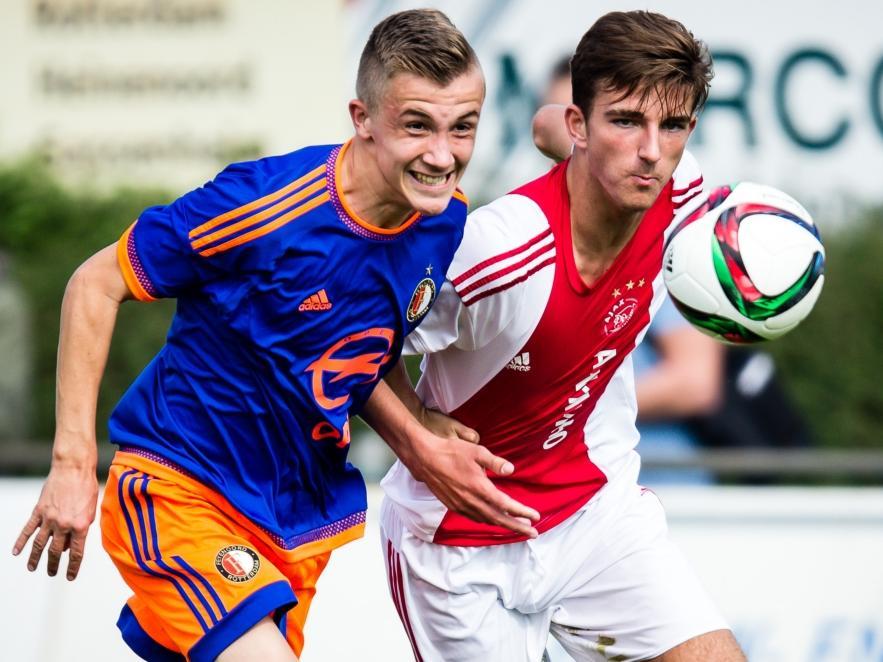 Dylan Vente (l.) duelleert met Lars Kramer (r.) tijdens het competitieduel Ajax u17 - Feyenoord u17. (03-10-2015)