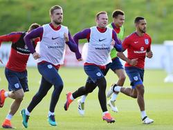 Jordan Henderson (l.) en Wayne Rooney (m.) lopen voorop bij de training van de Engelse nationale ploegg.