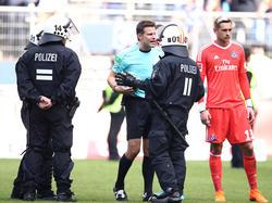 Schiedsrichter Felix Brych hatte beim Abstieg des HSV viel zu tun