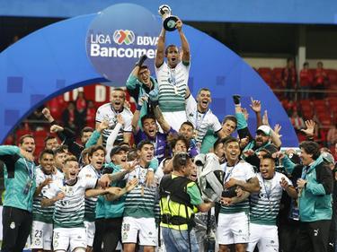 El Santos levanta la copa que le acredita como campeón. (Foto: Imago)