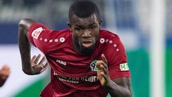 Ihlas Bebou von Hannover 96 hat sich eine Verletzung am Oberschenkel zugezogen