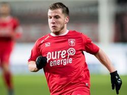 Dylan Seys zet aan voor een sprint in het duel van FC Twente met Heracles Almelo. De thuisploeg wint de wedstrijd met 1-0. (20-01-2017)