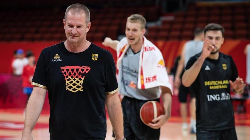 Coach Henrik Rödl (l.), Niels Giffey (M.) und Ismet Akpinar beim Training