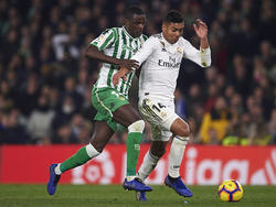 William Carvalho lucha el cuero ante Casemiro.