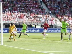 AZ-doelman Sergio Rochet (l.) kan de kopbal van Anwar El Ghazi (r.) niet stoppen tijdens AZ Alkmaar - Ajax. (09-08-2015)