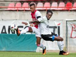 Richairo Živković (l.) vecht een duel uit met Meddy Lina (r.) tijdens het oefenduel AS Béziers - Ajax (20-07-2016).