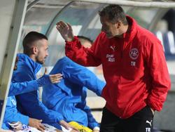FAC-Trainer Oberhammer klatscht mit seinen Mannen ab