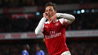 Mesut Özil (r.) ist finanziell auf Rosen gebettet