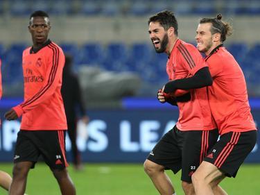 Vinícius observa a Isco y Bale bromeando en el último entreno. (Foto: Imago)
