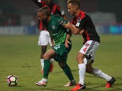 Bart van Hintum (r.) houdt Erdem Özgenc (l.) voor zich tijdens de wedstrijd Gaziantepspor - Bursaspor. (01-10-2016)