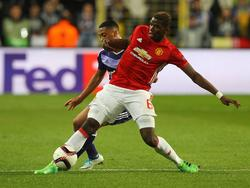 Paul Pogba (r.) is te sterk voor zijn directe tegenstander tijdens het Europa League-duel RSC Anderlecht - Manchester United (13-04-2017).