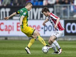 ADO Den Haag-verdediger Timothy Derijck (l.) en Willem II-speler Erik Falkenburg (r.) strijden om de bal. (17-04-2016)