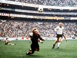 Alle Augen auf den Ball: Das Halbfinale sollte in die Geschichtsbücher eingehen