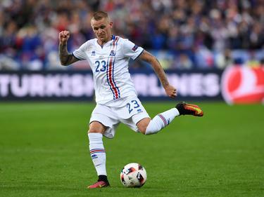 Ari Skúlason probeert een medespeler te bereiken tijdens het EK-duel Frankrijk - IJsland (03-07-2016).