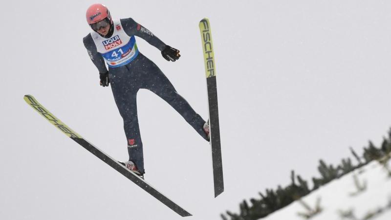 Karl Geiger springt von der Normalschanze und belegt nach dem ersten Durchgang Rang zwei
