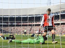 Michiel Kramer (r.) kan juichen nadat Dirk Kuyt de gelijkmaker heeft gescoord. Bij het passeren van Ajax-doelman André Onana laat hij zijn knie wat hangen. (25-10-2016)