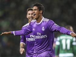Raphaël Varane zet Real Madrid op een 0-1 voorsprong op bezoek bij Sporting CP. (22-11-2016)