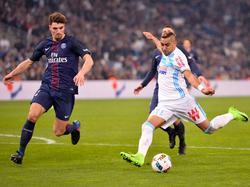 Thomas Meunier (l.) probeert een schot van Dimitri Payet (r.) te blokken tijdens het competitieduel Olympique Marseille - Paris Saint-Germain (26-02-2017).