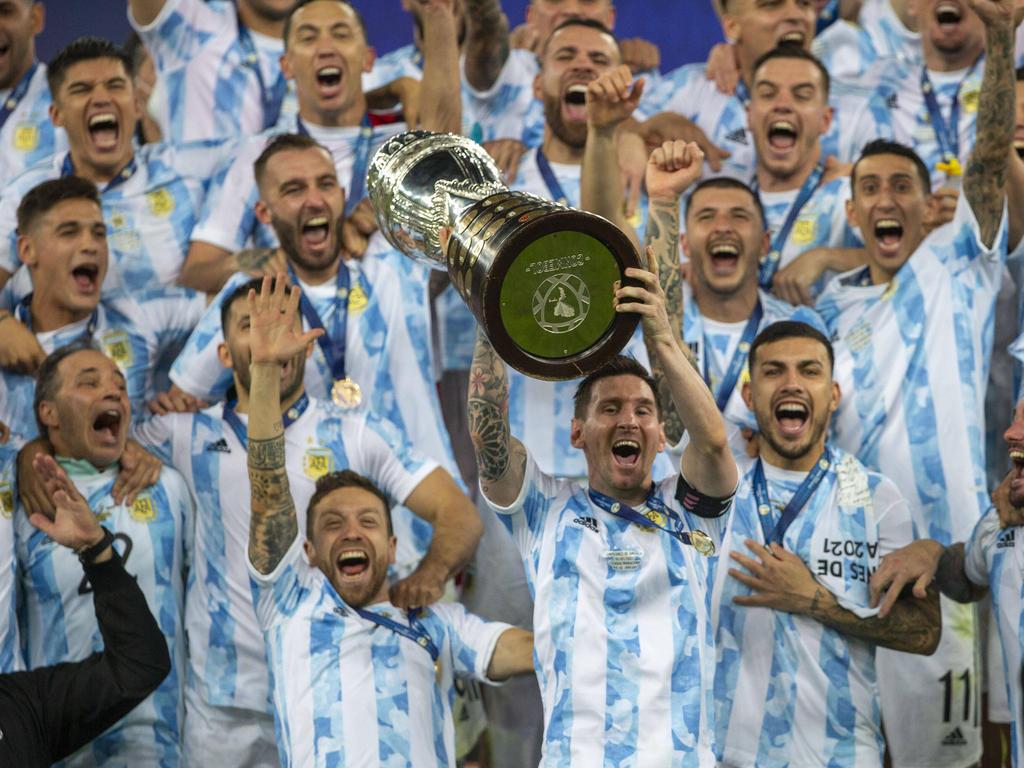 Messi levanta su ansiado título con la Albiceleste.