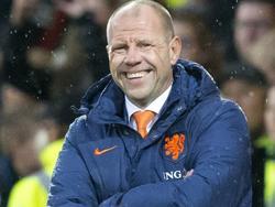 Bondscoach Fred Grim kan breed lachen nadat Jong Oranje op gemakkelijke wijze de leeftijdsgenoten van Cyprus over de knie legt. In Deventer wordt het maar liefst 4-0 voor de spelers van Grim. (04-09-2015)