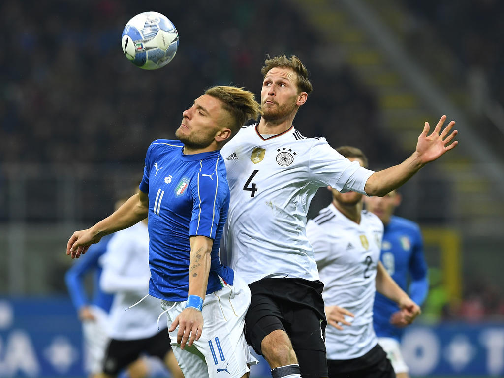 1988 Benedikt Höwedes, Kapitän des FC Schalke 04 und DFB-Stammspieler beim Weltmeisterschaftstriumph 2014, kommt in Haltern am See/NRW zur Welt.