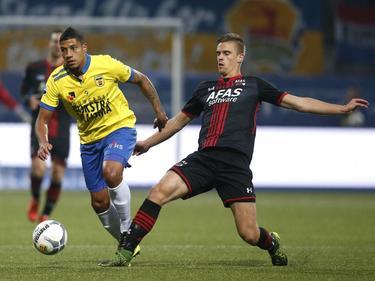 Marlon Pereira (l.) duelleert met Markus Henriksen (r.) tijdens het competitieduel SC Cambuur - AZ Alkmaar. (17-10-2015)