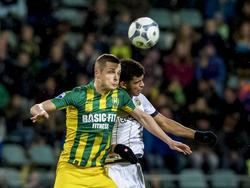 ADO Den Haag-verdediger Timothy Derijck gaat het kopduel aan met zijn tegenstander van Vitesse; Dominic Solanke. (22-11-2015)