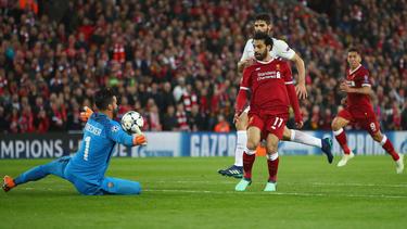 Spielt demnächst im Trikot von Liverpool: Alisson (l.)