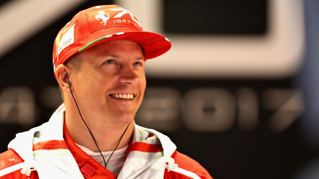 Gut gelaunt: Kimi Räikkönen wie er leibt und lebt auf der Bühne der FIA-Gala