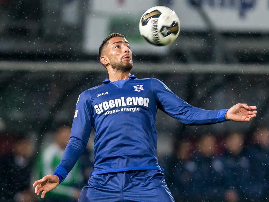 Caner Çavlan vangt tijdens Sparta - sc Heerenveen een hoge bal op. (04-11-2016)