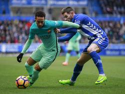 Neymar (izq.) intenta zafarse de la presión de Theo. (Foto: Getty)
