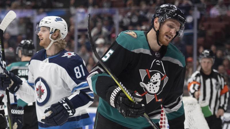 Verlor mit den Anaheim Ducks: Korbinian Holzer (r.)