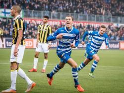 Thomas Lam juicht nadat hij PEC Zwolle zojuist op 1-1 heeft gezet in het duel met Vitesse. (18-10-2015)