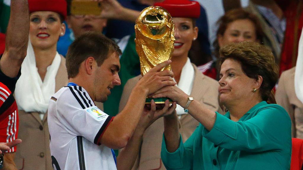 Weltmeister-Kapitän Philipp Lahm (l.) wird den WM-Pokal vor dem Finale symbolisch zurückgeben