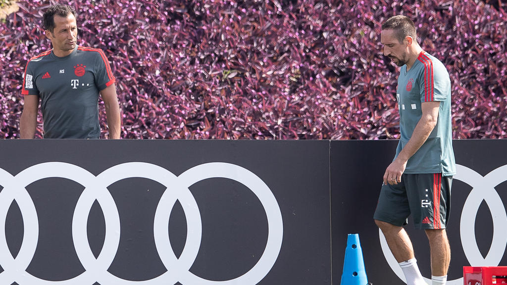 Hasan Salihamidzic (l.) ordnete die Geldstrafe gegen Franck Ribéry an