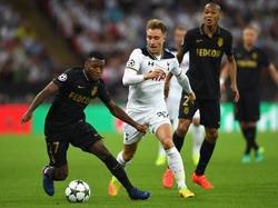 Thomas Lemar (l.) dribbelt met de bal aan de voet. Christian Eriksen (m.) is in de achtervolging, terwijl Fabinho (r.) toekijkt. (14-09-2016)