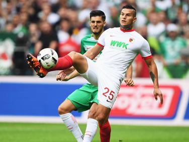 Augsburg-Stürmer Raúl Bobadilla (vorn) hätte auch nach China wechseln können.