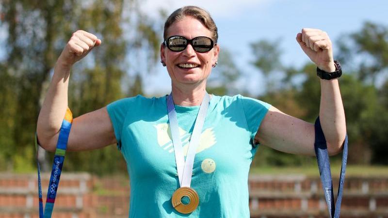 Nadine Kleinert zeigt ihre Medaillen aus Athen (l.n.r., Silber, 2004), Helsinki (Gold, 2012) und Berlin (Silber, 2009)