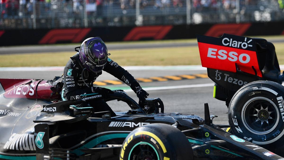 Lewis Hamilton klettert aus seinem ramponierten Mercedes