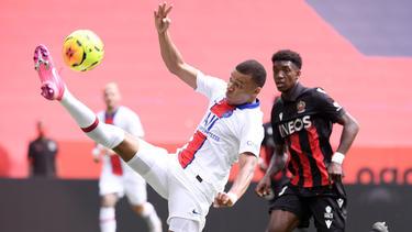 Mbappé remata en postura acrobática.