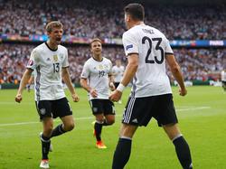 Thomas Müller (l.) feiert Mario Gomez (r.) für dessen Siegtor gegen Nordirland
