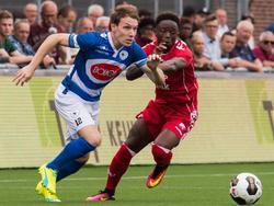 Issa Kallon (r.) probeert Joey Belterman (l.) af te stoppen tijdens het oefenduel Spakenburg - FC Utrecht (09-07-2016).