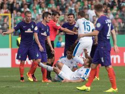 Fin Bartels (2. v. l.) wurde für zwei Pokalspiele gesperrt